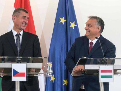 El primer ministro checo, Andrej Babis (izquierda), y su homólogo húngaro, Viktor Orbán, este martes en Praga.