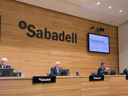 Presentación de resultados del Sabadell en 2020. De izquierda a derecha: Tomás Varela, director financiero, Josep Oliu, presidente, Jaime Guardiola, consejero delegado y Gabriel Martínez, director de Comunicación.