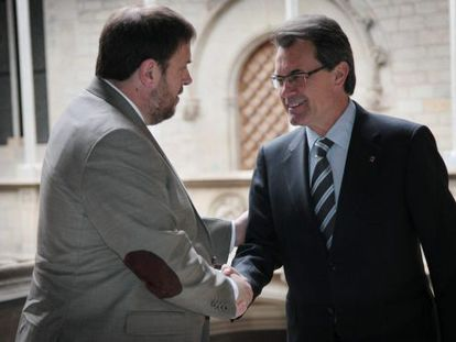 El presidente en funciones de la Generalitat, Artur Mas, y el líder de ERC, Oriol Junqueras, en la reunión de esta mañana.