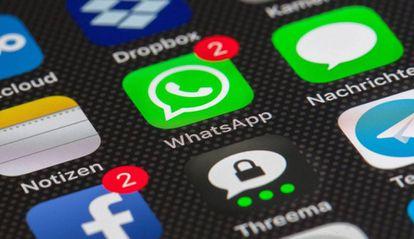 Aplicación de WhatsApp con notificaciones de mensajes no leídos.