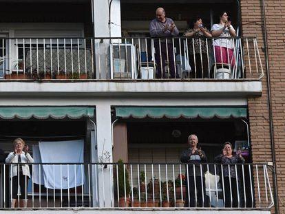Varios vecinos coinciden en sus balcones para aplaudir a los sanitarios, en una imagen tomada en Alacalá de Henares (Madrid) en abril de 2020.