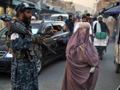 Una mujer en el centro de Kandahar (Afganistán).