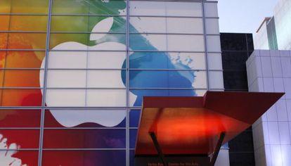 Logo de Apple a la entrada del Yerba Buena Center for Arts en San Francisco.