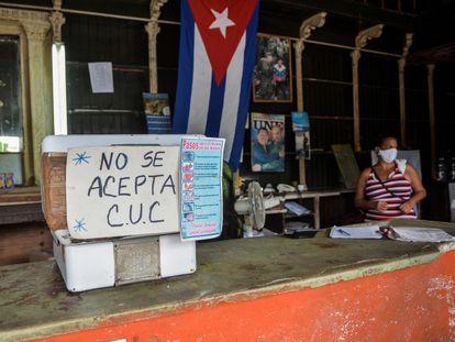 Un negocio de La Habana con un cartel en el que advierte que no se aceptan pesos convertibles.
