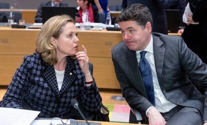 La ministra de Economía, Nadia Calviño, habla con el presidente del Eurogrupo, Paschal Donohoe, en una reunión el pasado 11 de marzo.
