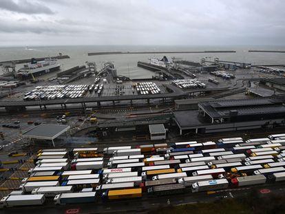 Cola de camiones en el puerto de Dover, Reino Unido