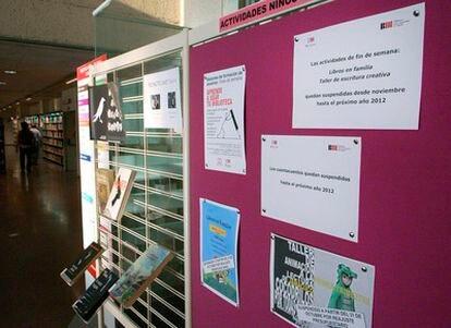 Panel de información de la biblioteca de Usera, con carteles que avisan de las cancelaciones.