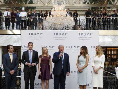 Trump, junto a sus hijos y esposa, en la inauguración del hotel en octubre.