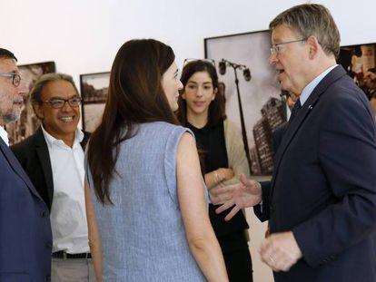 El presidente Ximo Puig con su equipo en los pasillos de las Cortes.