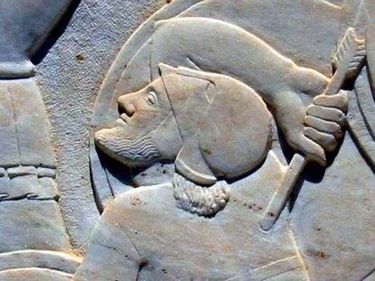 Hoplita griego herido por una flecha persa en el friso del monumento a la batalla en las Termópilas.