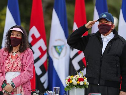 La vicepresidenta de Nicaragua, Rosario Murillo, junto a su marido, el presidente Daniel Ortega, durante el acto de este domingo.