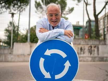 DVD1061 (06/07/2021) El director general de tr‡fico Pere Navarro posa en una se–al de una rotonda frente a la sede central de la DGT en Madrid. ANDREA COMAS