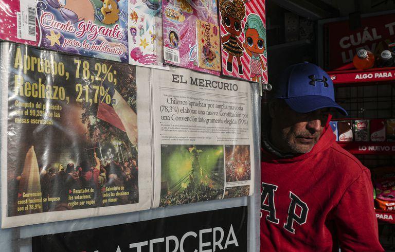 El resultado del referéndum del domingo en las portadas de los periódicos chilenos.