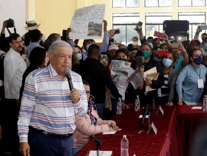 Afectados por el huracán 'Grace' en Puebla ingresaron de forma violenta a un auditoria donde el presidente Andrés Manuel López Obrador se reunía con funcionarios locales, el 3 de octubre.