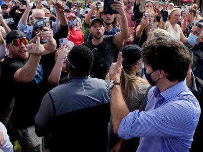 Un grupo de manifestantes increpa al primer ministro Trudeau este lunes en Brantford, Ontario.