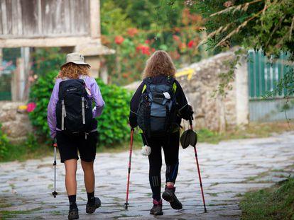 Dos peregrinas a su paso por Palas de Rei (Lugo), el pasado 8 de julio.