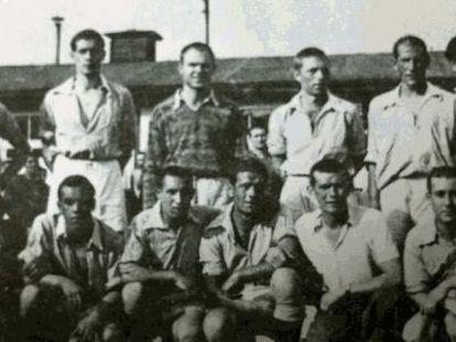 El equipo de fútbol de los españoles en Mauthausen. Navazo es es el primero de pie por la derecha.