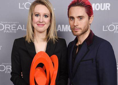 Elizabeth Holmes, fundadora de Theranos, junto al actor Jared Leto tras recibir en 2015 el premio Glamour Women Of The Year. Ese mismo año empezaron los problemas para su 'startup'.