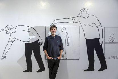 Paco Roca, entre sus obras de 'El dibujado' en el IVAM.