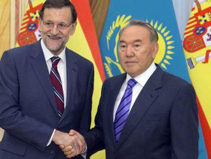El presidente del Gobierno español, Mariano Rajoy, junto al presidente de Kazajistán, Nursultan Nazarbayev.