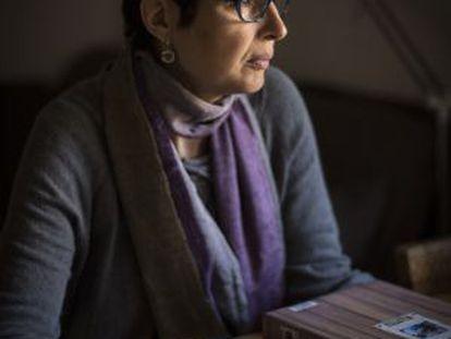Núria Pijoan muestra imágenes de su hija.