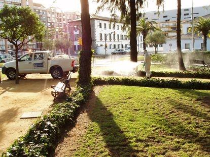 Operarios fumigan en los jardines de Huelva para evitar la presencia de mosquitos.