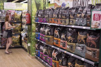 Una mujer, en la sección de alimentos para mascotas en una tienda de Sevilla.