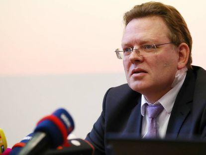 El alcalde de Altena (Alemania), Andreas Hollstein, ofrece una rueda de prensa este martes tras ser herido en un ataque con cuchillo el día anterior.