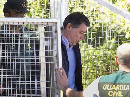 González saliendo hacia la Audiencia Nacional desde la comandancia de la Guardia Civil en Tres Cantos, el pasado viernes.