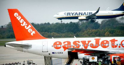 Un avión de Easyjet ante uno de Ryanair.