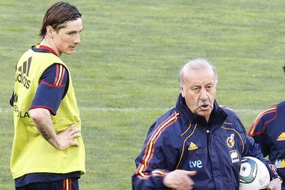 Fernando Torres, junto a Vicente del Bosque, en un entrenamiento de la selección.