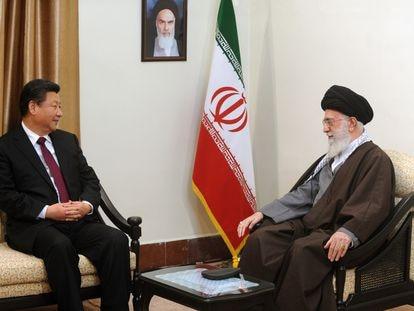 El presidente chino, Xi Jingping, y el líder supremo de Irán, el ayatolá Ali Jamenei, durante una reunión en Teherán, el 23 de enero de 2016. / Getty