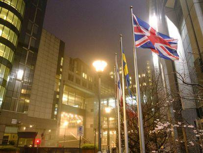 La bandera británica ondea ante la sede del Parlamento en Bruselas.