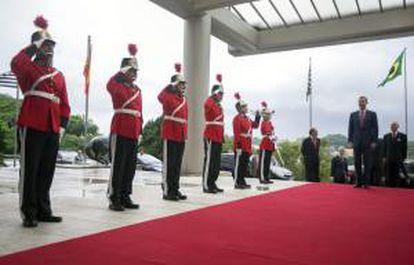 Los datos fueron anticipados el miércoles al Príncipe de Asturias, Felipe de Borbón (d) en un desayuno de trabajo con la junta directiva de la Cámara que el heredero de la corona española tuvo durante su visita de un día a Sao Paulo. EFE/Archivo
