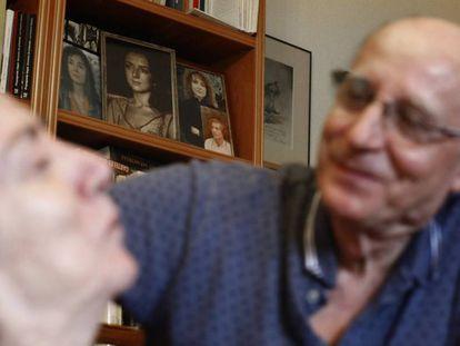 Ángel Hernández con María José Carrasco, en octubre pasado. En la librería, fotos de ella de joven.