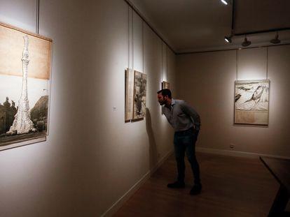 Un visitante observa uno de las obras expuestas en 'Christo & Jeanne-Claude 1960-1970', en la galería Guillermo de Osma.