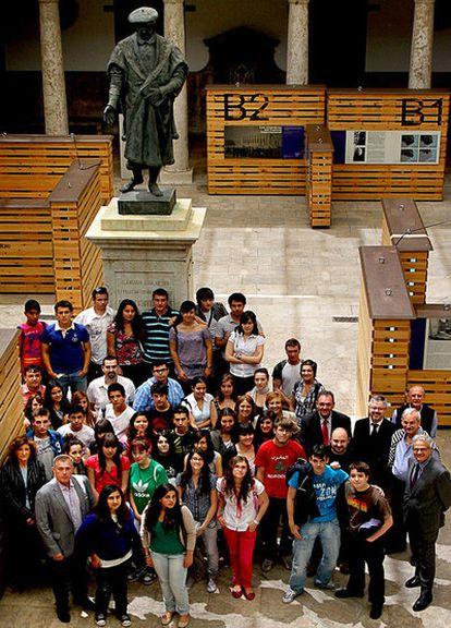 Alumnos y profesores de los tres centros premiados, ayer, en La Nau.