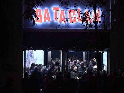 Varios asistentes abandonan la sala Bataclan, tras un concierto de Sting el 12 de noviembre de 2016 para conmemorar el aniversario del atentado de 2015, en París.