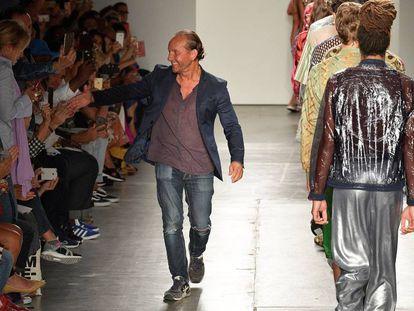El diseñador Custo Dalmau saluda al final del desfile de su marca Custo Barcelona en la Semana de la Moda de Nueva York en septiembre de 2017.