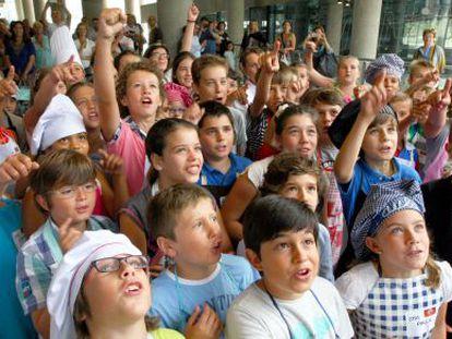 Los niños se agolpan a la entrada del casting de Masterchef.
