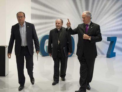Uriarte, junto a los responsables de la Fundación Sabino Arana Juan María Atutxa (a su izquierda) y José Antonio Rodríguez Ranz, antes de iniciar ayer su conferencia.