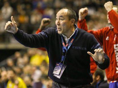 Talant Dujshebaev, durante un partido del Atlético de Madrid.