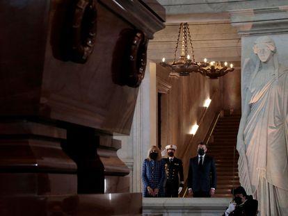 El presidente de Francia, Emmanuel Macron, y su esposa, ayer ante la tumba de Napoleón Bonaparte.