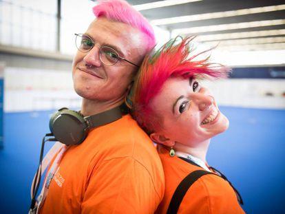Los voluntarios Jevany Catherine (a la derecha) y Tjark Blackmore en la conferencia anual sobre VIH, en Ámsterdam.