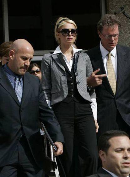 Paris Hilton a las salida de los juzgados acompañada por su padre Rick (dcha).