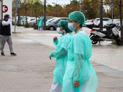 Dos sanitarias, en las inmediaciones del Hospital La Fe de Valencia.