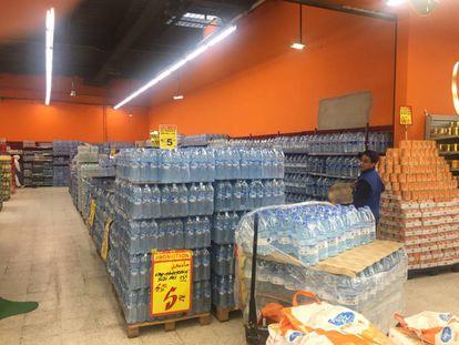 Pasillo repleto de la marca de agua boicoteada Sidi Ali, en oferta de precio, en un supermercado Marjane, de Rabat, el martes 1 de mayo.