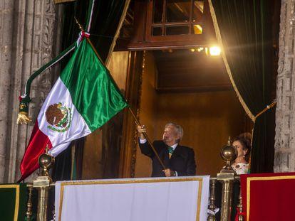 El presidente Andrés Manuel López Obrador da el grito de independencia desde el Palacio Nacional.