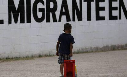 Un menor juega en la Casa del Migrante de Ciudad Juárez.