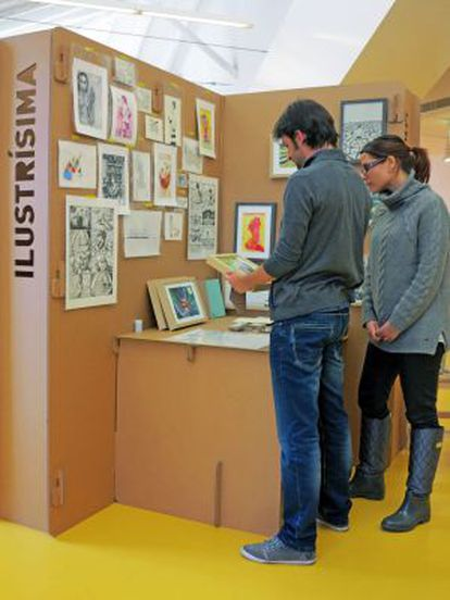 Artistas y visitantes charlan sobre las ilustraciones, que se venden desde 10 euros.
